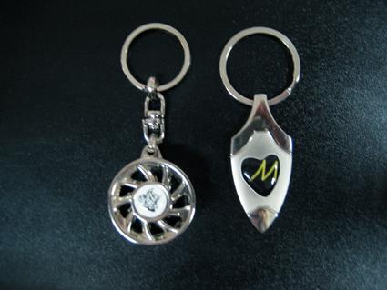 porte-clés avec un dôme de résine